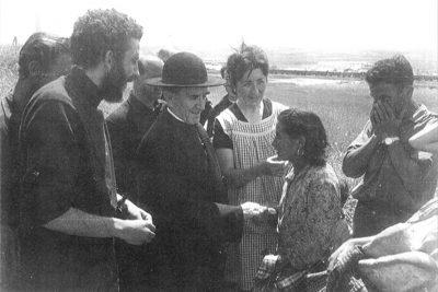 Mons. Casimiro Morcillo posjećuje barake u Madridu. Kiko Argüello i Carmen Hernández ga prate.